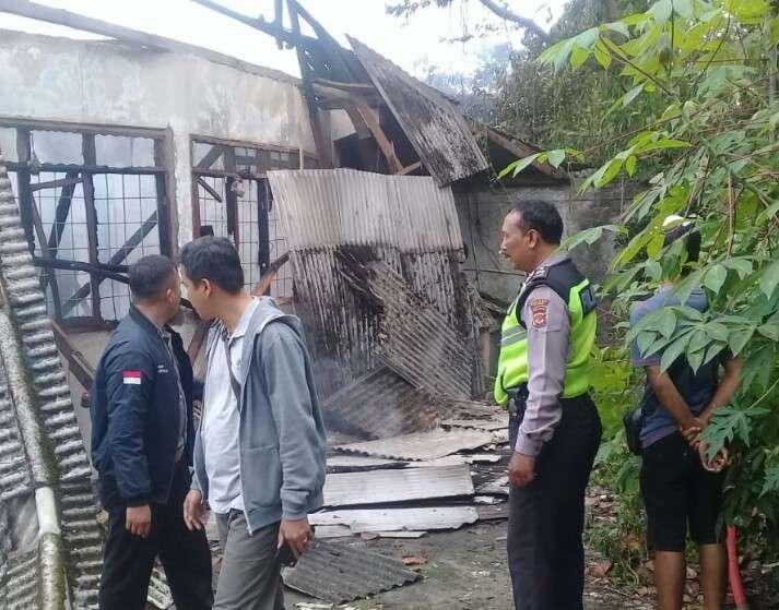 Si Jago Merah Menghanguskan Satu Bangunan Rumah di Kampung Sikup