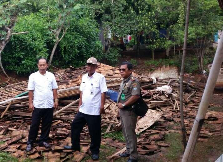 Rumah Warga Desa Pasir Ambruk Diterpa Hujan Deras Disertai Angin Kencang,Camat Kronjo Respon Cepat Tinjau Lokasi dan Berinisiatif Membangun Kembali