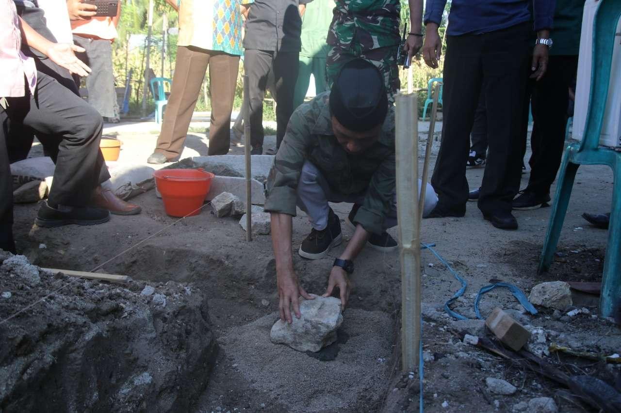 Bupati Nelson,Letakan Batu Pertama Pembangunan Rumah Sehat