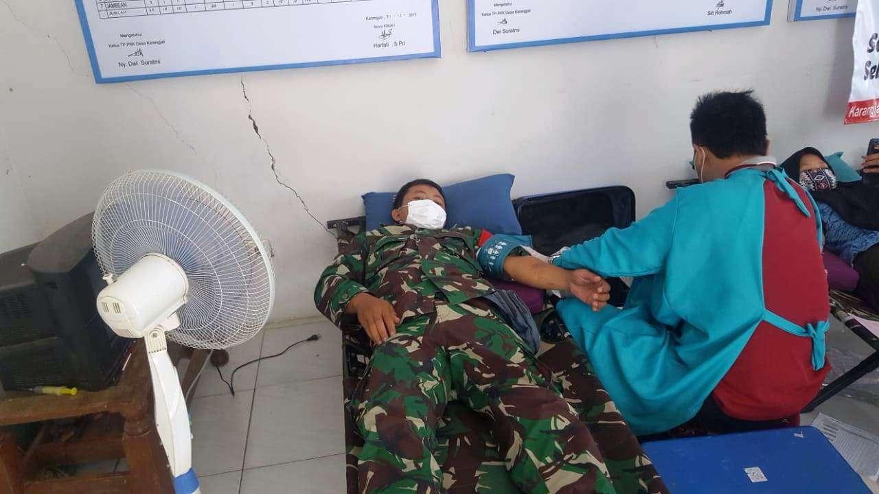 Ditengah Pandemi Babinsa Yakinkan Warga Donor Darah