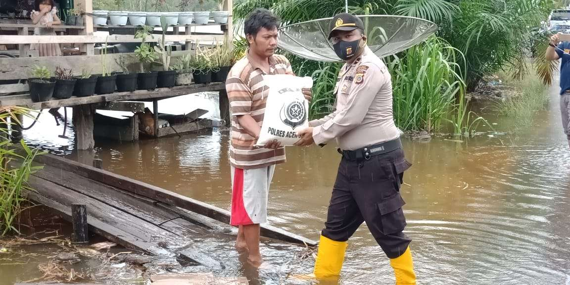Berikan Bantuan Bagi Warga Yang Terdampak Banjir