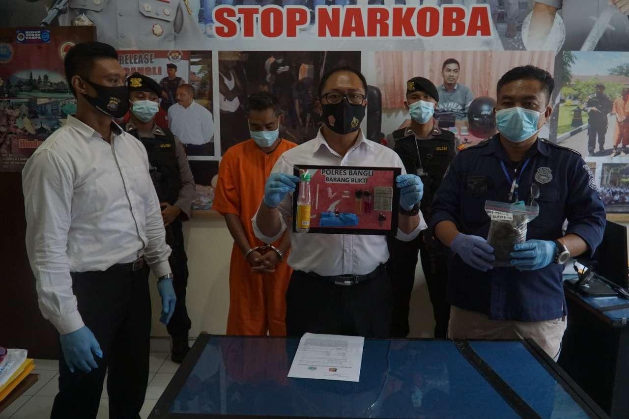 Pekerja Serabutan, Ditangkap Sat Resnarkoba Polres Bangli Saat Konsumsi Sabhu Di Kandang Sapi
