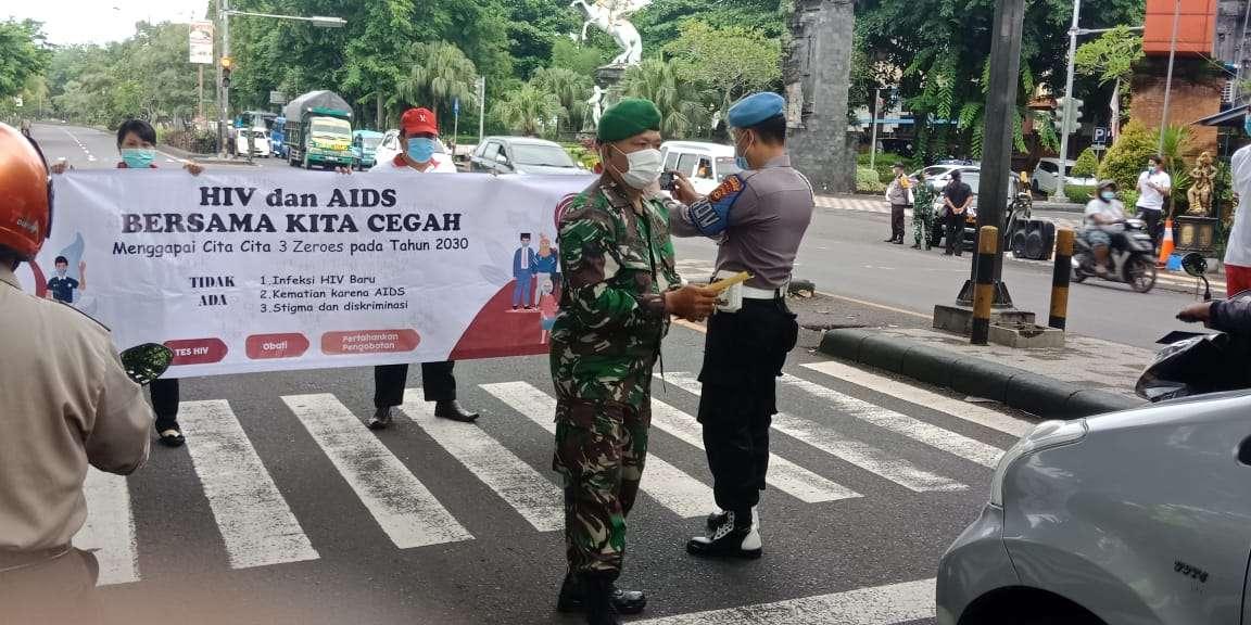 Peringati Hari HIV Sedunia, Dandim Jembrana Pimpin Aksi Simpatik