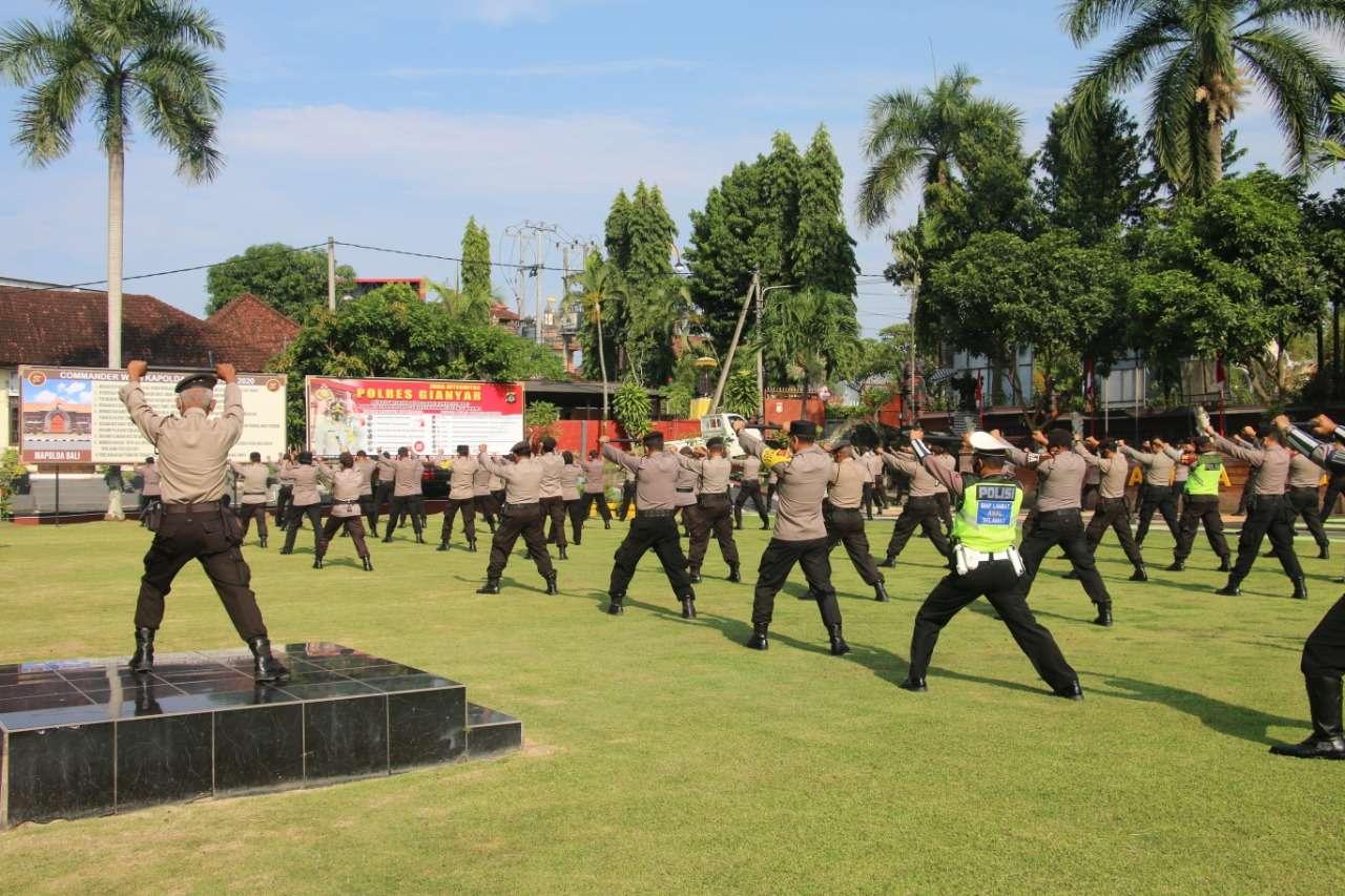 Tingkatkan Kemampuan, Personil Polres Gianyar Latihan Senam Tongkat