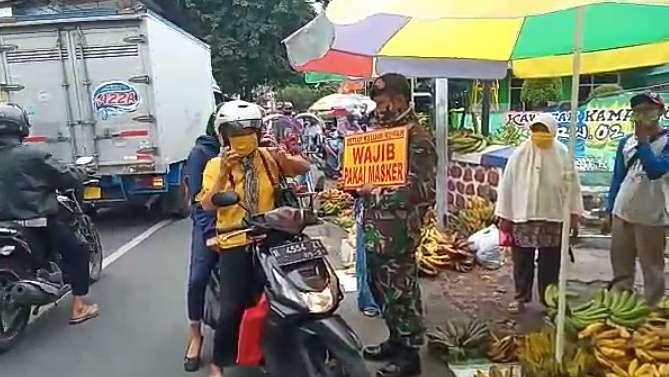 Tekan Lonjakan Kasus Covid-19, Aparatur Kecamatan Lumajang Himbau Pedagang dan Pengunjung Pasar Patuhi Prokes