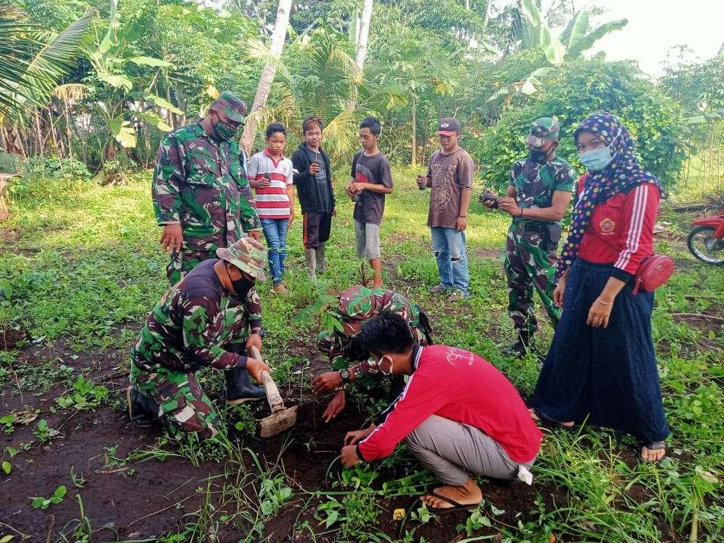 Koramil 0824/20 Gumukmas Lakukan Penghijauan Bersama Masyarakat