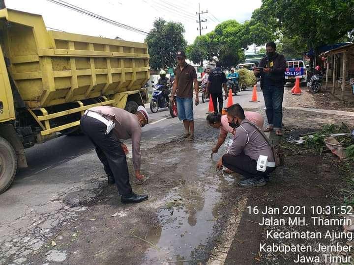 Berikan Rasa Nyaman Bagi Penguna Jalan,Satlantas Jember Bantu Perbaiki Jalan Yang Rusak