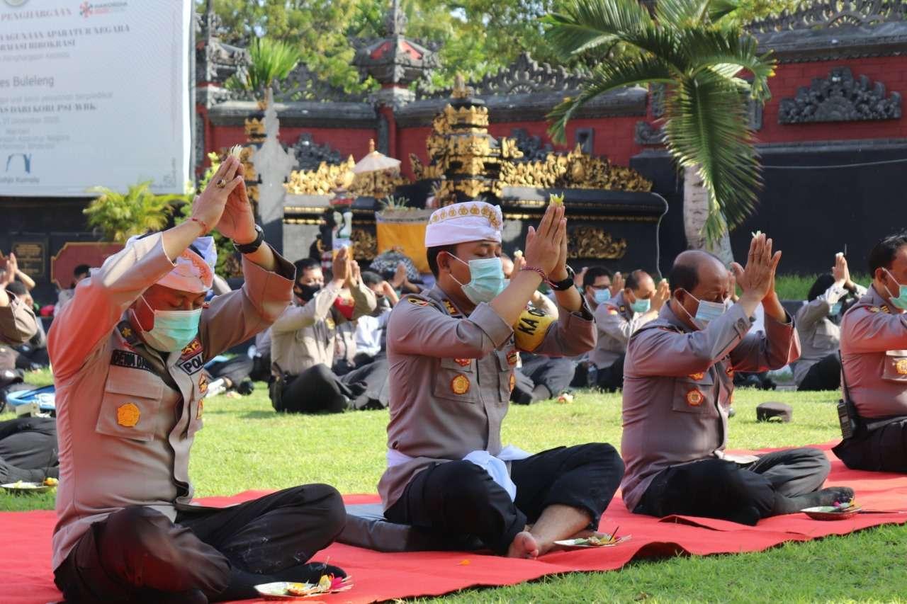 Kapolres Buleleng Bersama Jajaran Polsek Melaksanakan Doa Bersama Untuk Keselamatan